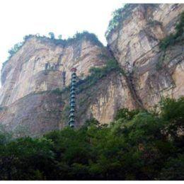 лестница вдоль скалы