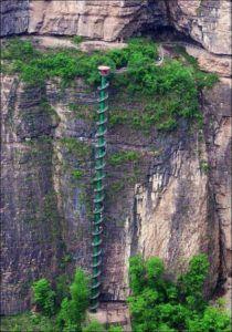 Лестница вдоль скалы Тяйxань