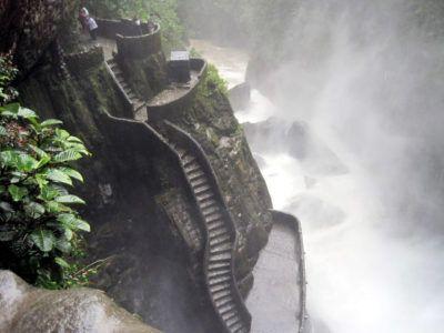 Мокрая лестница у водопада Котел дьявола