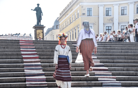 Показ национальных украинских костюмов на Потёмкинской лестнице