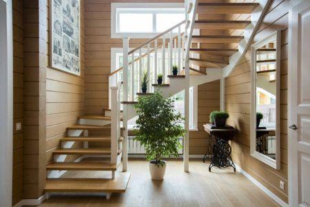 Двухмаршевая лестница в стиле кантри