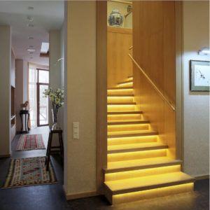 Лестница в стиле кантри с подсвечиваемыми ступеньками