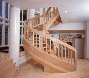 Деревяннаявинтовая лестница в стиле кантри