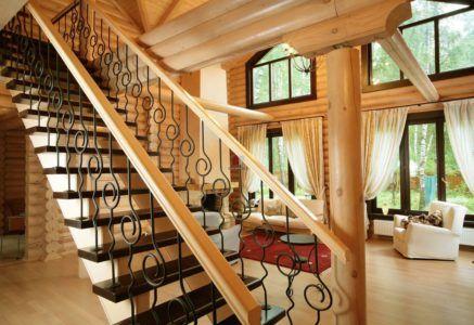 Лестница в стиле кантри с коваными элементами