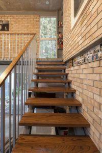 Лестница в стиле лофт в загородном доме