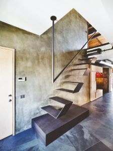 Металлическая лестница в стиле лофт