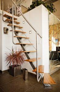 Стиль лофт в интерьере с лестницей