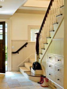 Интерьер холла с лестницей
