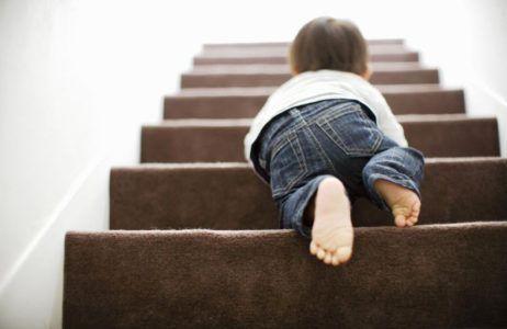 ребенок на лестнице