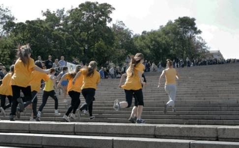 Спортсмены бегут вверх по Потёмкинской лестнице