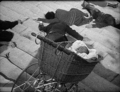Катящаяся по лестнице коляска с ребёнком