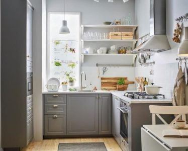 Небольшая кухня с полками