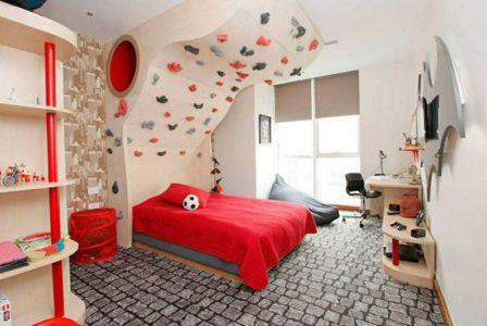 Детская комната с пологом кровати в виде скалодрома