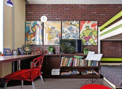 Кирпичная стена и постеры в оформлении детской комнаты