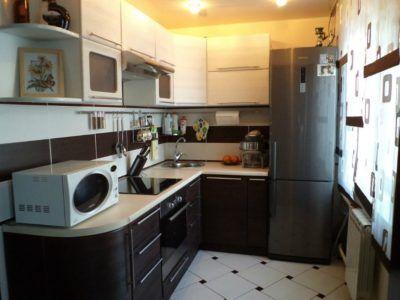 Квадратная кухня с угловым гарнитуром